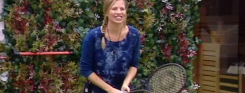 Partita a tennis in giardino