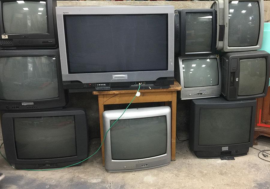 5 di 11 - Vecchi monitor fanno da arredamento in Cantina