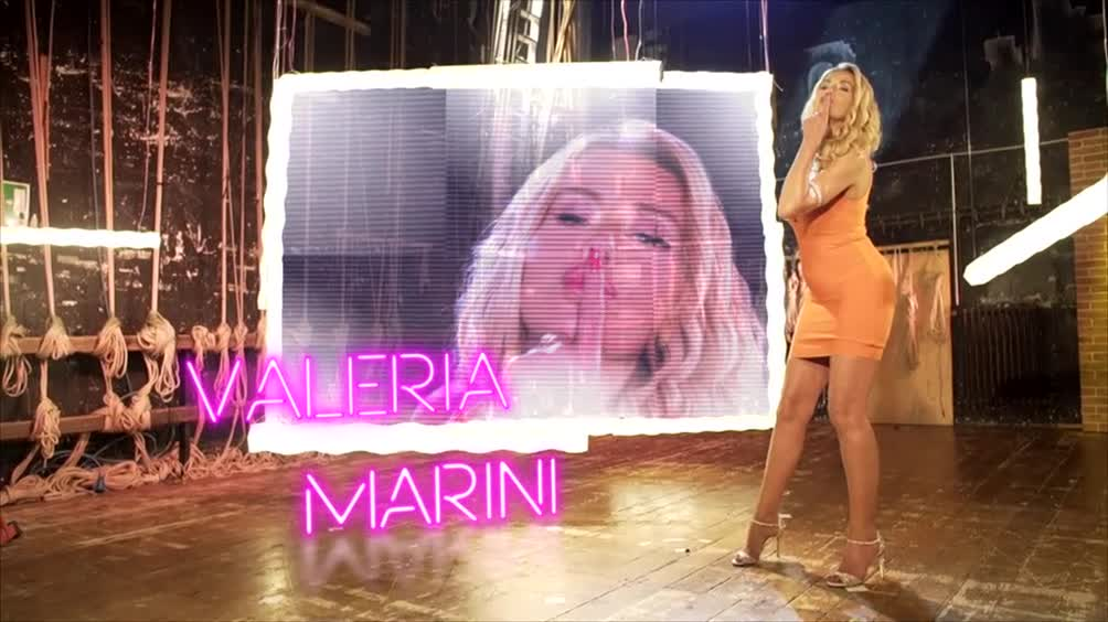 Valeria Marini si presenta