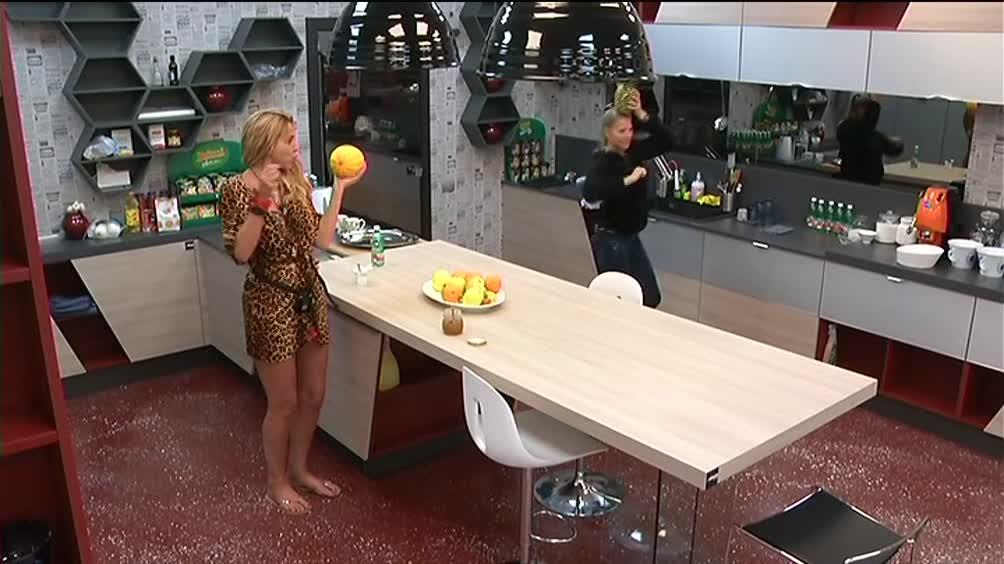 Laura balla e canta